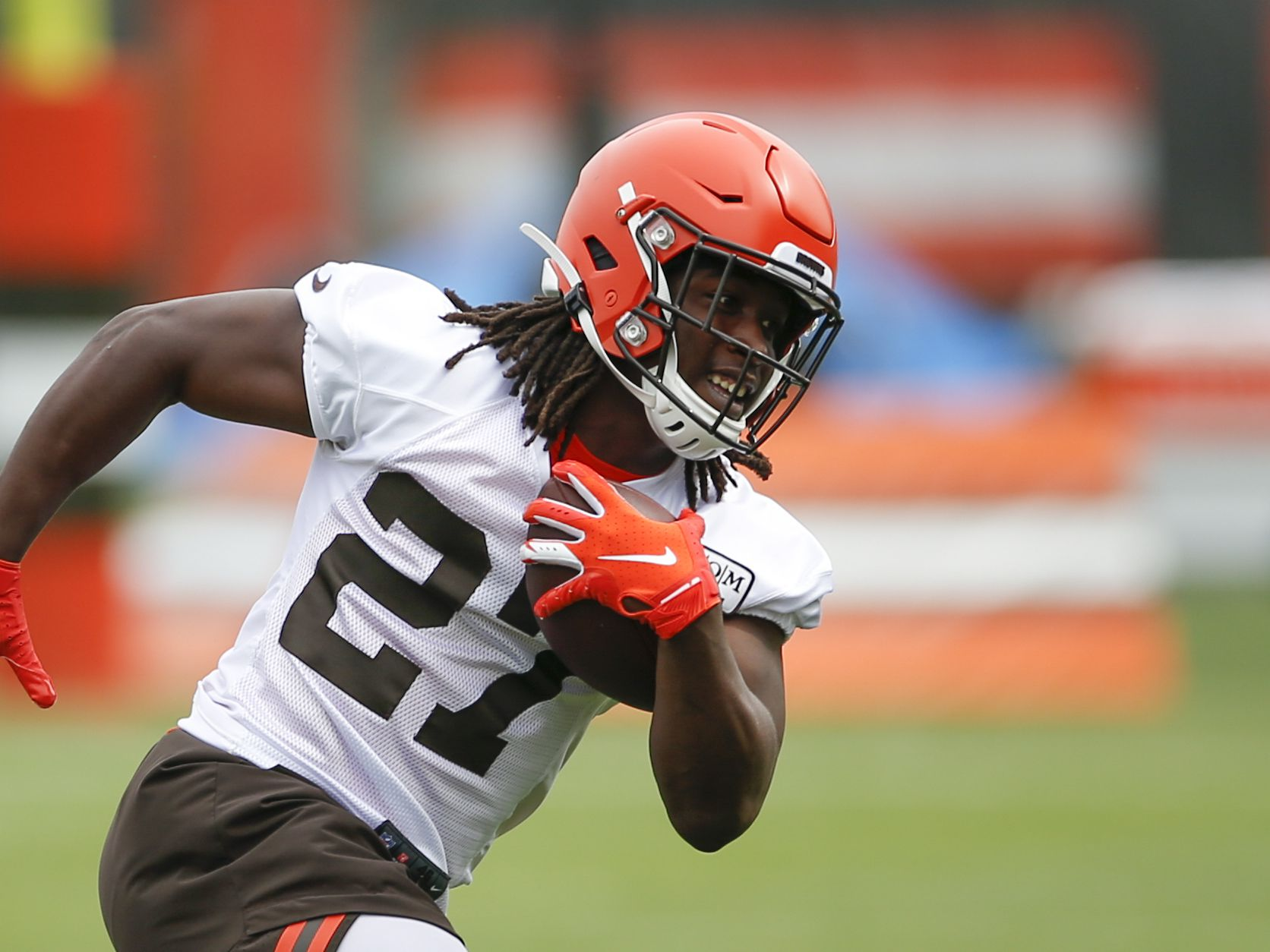 Browns speak with suspended RB Hunt after argument near bar
