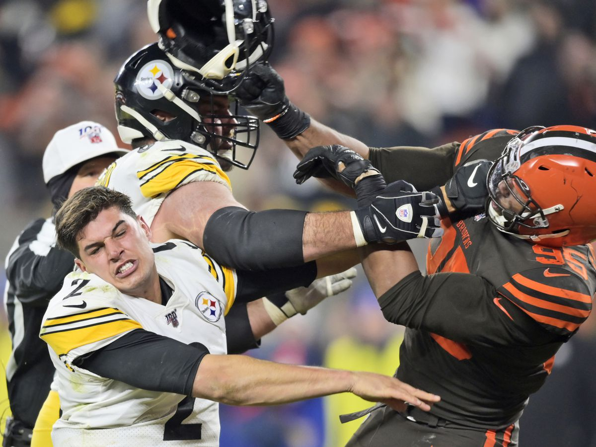 Browns star Garrett loses cool, hits Steelers QB with helmet in brawl