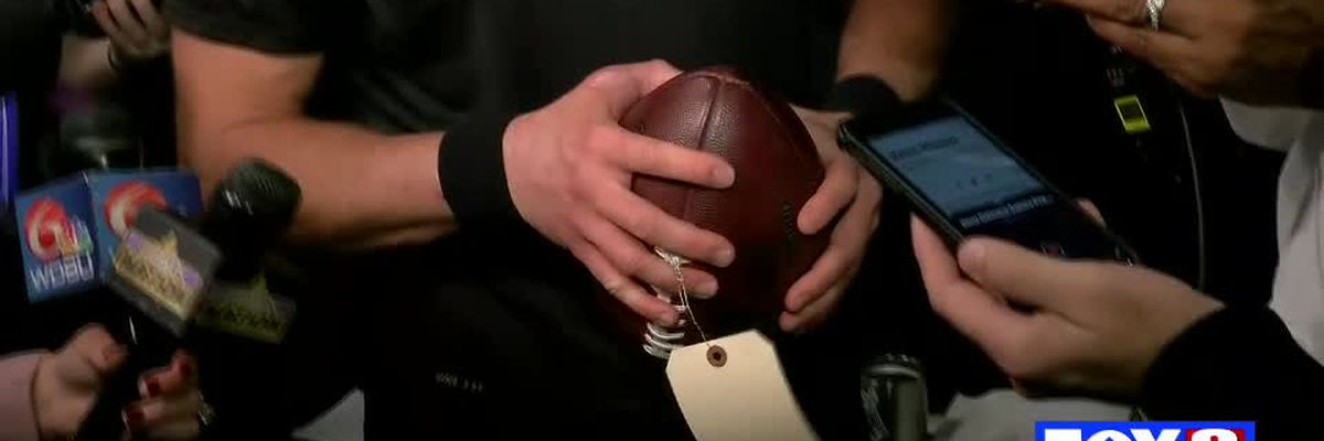 Brees gives a full tutorial on gripping the ball while dealing with a thumb injury