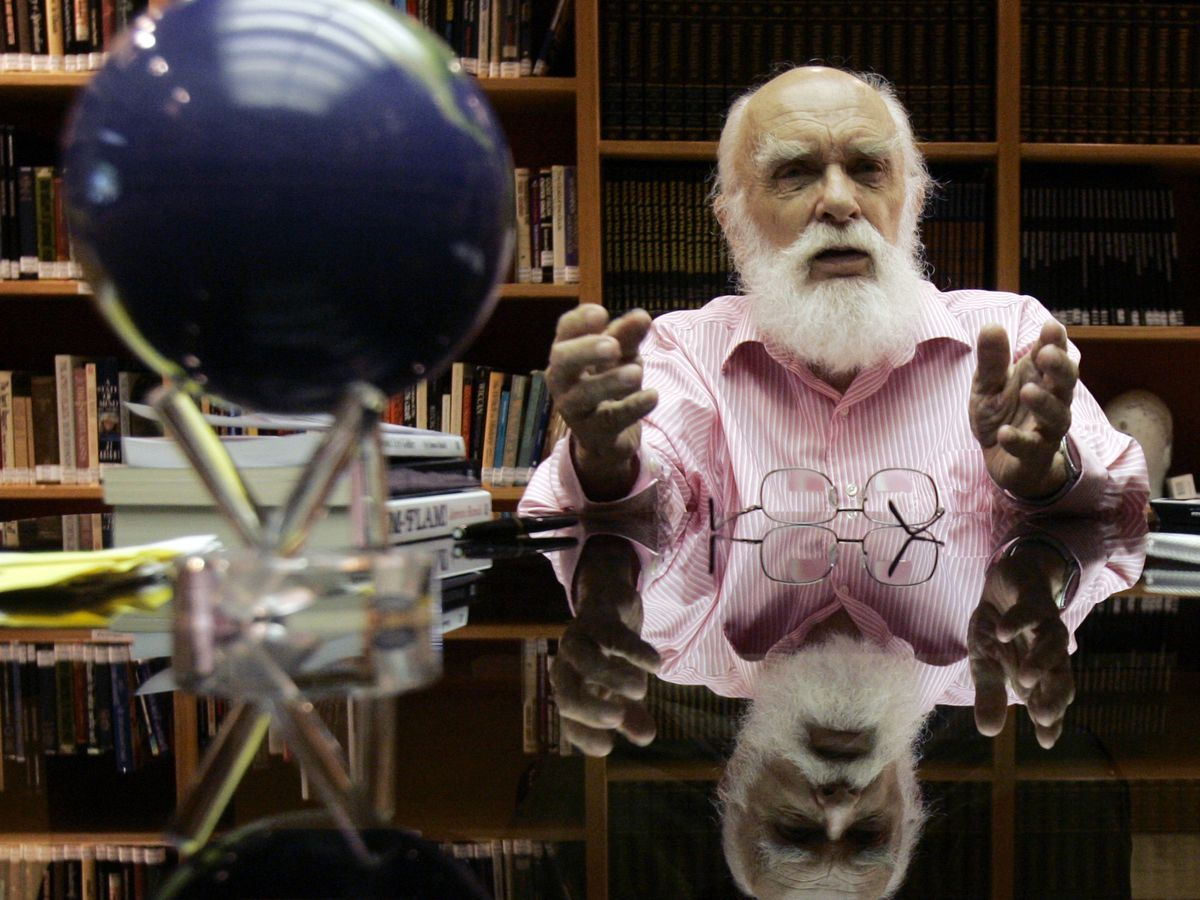 James Randi, dazzling magician and skeptic, dies at 92