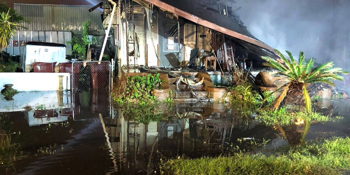 Overnight fire collapses roof of Kenner home