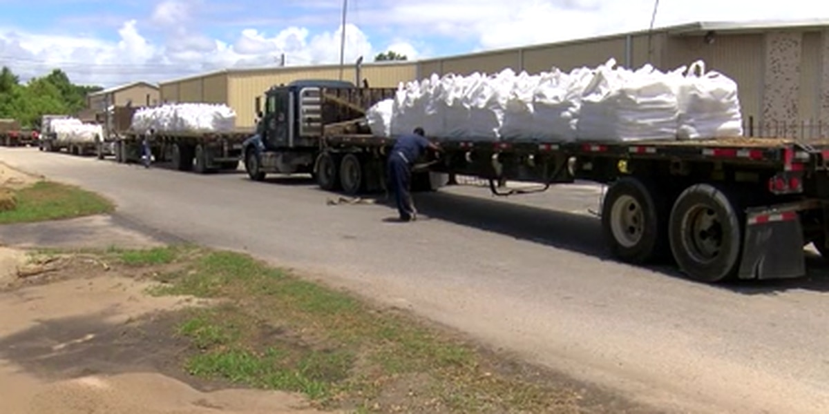 Jefferson Parish moving in sandbags, moving out people for Barry