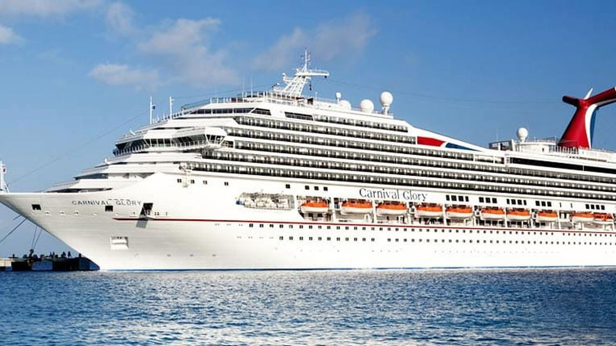 River pilots bring in the damaged Carnival cruiseship to ...